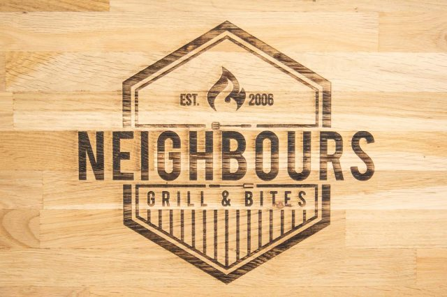 Neighbours logo op hout